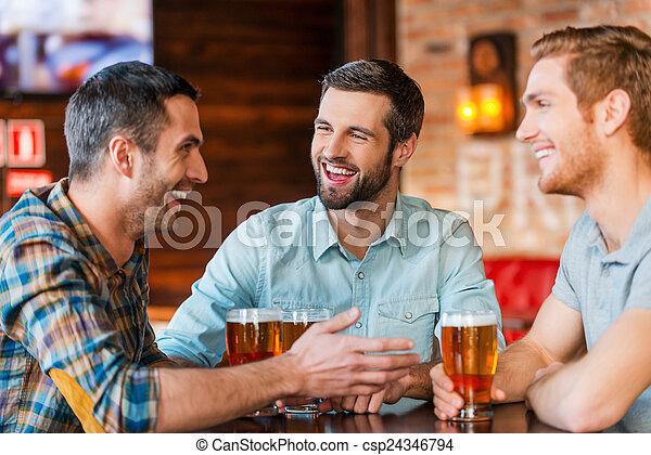啤酒, 酒吧, 坐, 人, 三, 一起, 年輕, 談話, 當時, 穿戴, friends., 喝酒, 會議, 暫存工, 最好, 愉快 - csp24346794