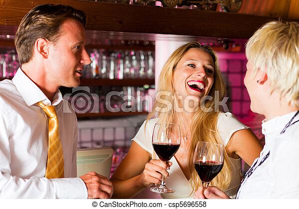 婦女, 旅館酒吧, 二, 人 - csp5696558