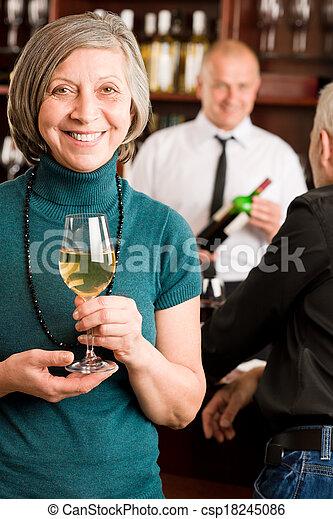 婦女, 酒吧, 男服務員, 年長者, 討論, 酒 - csp18245086