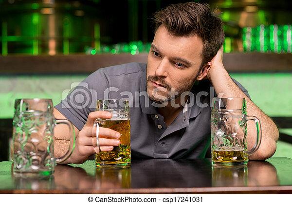 藏品, 頭髮, bar., 孤獨, 手, 被蕭條, 年輕, 坐, 人, 啤酒, 喝酒, 酒吧, 當時 - csp17241031