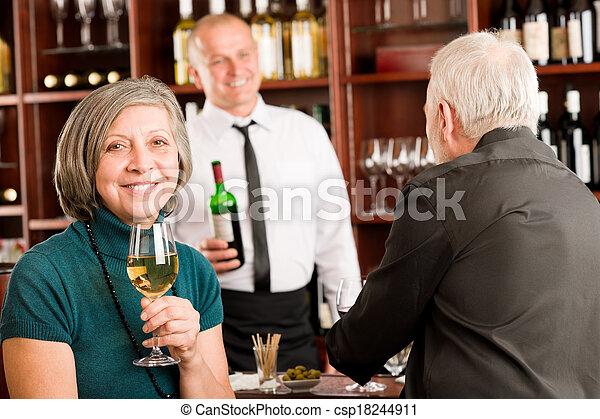 酒吧, 夫婦, 男服務員, 年長者, 討論, 酒 - csp18244911
