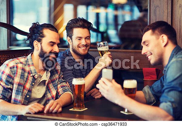 酒吧, 男性, 啤酒, 喝酒, smartphone, 朋友 - csp36471933