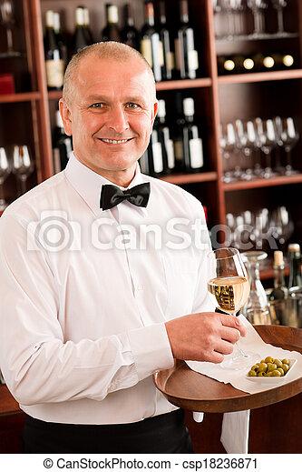 酒吧, 餐館, 侍者, 發球, 玻璃, 成熟, 酒 - csp18236871